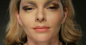 Donna di bellezza con trucco dell'oro archivi video