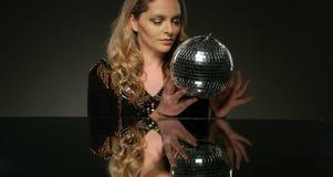 Donna di bellezza con trucco dell'oro video d archivio