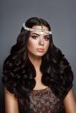 Donna di bellezza di fascino castana con bei capelli ricci perfetti gourgeous brillanti e trucco Fotografia Stock