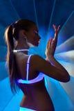 Donna di bellezza nel ballo con trucco ultravioletto fotografie stock libere da diritti