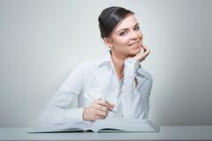 Donna di bellezza nel libro e nella nota di lettura dell'ufficio Fotografia Stock