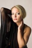 Donna di bellezza nel nero immagine stock