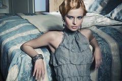 Donna di bellezza nella stanza alla moda immagini stock libere da diritti