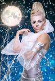 Donna di bellezza sotto la luna Immagini Stock