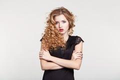 Donna di bellezza in un'acconciatura nera del fondo di bianco di vestito Immagine Stock