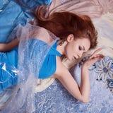 Donna di bellezza in vestito blu sul modello Immagini Stock