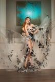 Donna di bellezza in vestito che posa con la corona delle spine Fotografia Stock