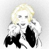 Donna di Blondy in pellicce Una donna che spiega qualcosa Fotografia Stock Libera da Diritti