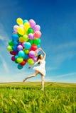 Donna di buon compleanno contro il cielo con delle le sedere colorate d'arcobaleno dell'aria Immagine Stock Libera da Diritti