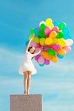 Donna di buon compleanno contro il cielo con delle le sedere colorate d'arcobaleno dell'aria Fotografia Stock Libera da Diritti