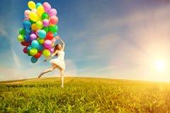 Donna di buon compleanno contro il cielo con delle le sedere colorate d'arcobaleno dell'aria Fotografie Stock