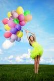 Donna di buon compleanno contro il cielo con delle le sedere colorate d'arcobaleno dell'aria Immagini Stock Libere da Diritti