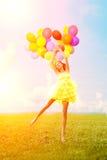 Donna di buon compleanno contro il cielo con delle le sedere colorate d'arcobaleno dell'aria Fotografie Stock Libere da Diritti