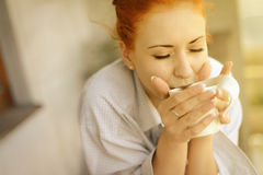 Donna di buongiorno con la tazza di caffè fragrante Immagini Stock