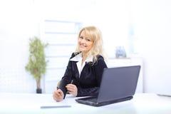 Donna di Busiiness che lavora al computer portatile immagine stock libera da diritti