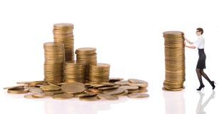 Donna di Busines con le monete della colonna fotografia stock libera da diritti