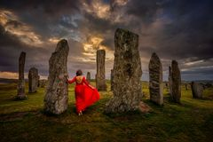 Donna di Callanish Henge immagini stock