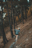 Donna di camminata in breve la foresta di estate Immagine Stock Libera da Diritti