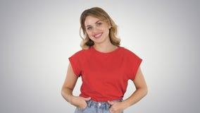 Donna di camminata in jeans e maglietta sul fondo di pendenza fotografia stock libera da diritti