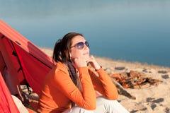 Donna di campeggio della spiaggia da fuoco di accampamento in tenda immagine stock libera da diritti