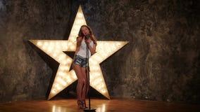 Donna di canto con il retro microfono, stella brillante stock footage