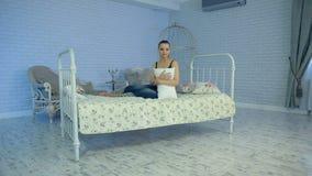 Donna di canto su un letto archivi video