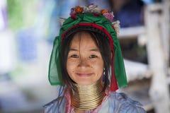 Donna di CHIANG MAI Karen Long Neck che posa per un ritratto fotografia stock libera da diritti