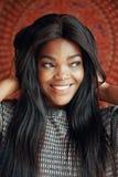 Donna di colore affascinante allegra con capelli lunghi fotografia stock libera da diritti