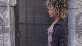 Donna di colore alla moda contro i graffiti stock footage