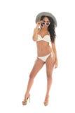 Donna di colore in bikini bianco con il cappello di paglia immagine stock