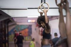 Donna di colore che fa esercizio di immersione Fotografie Stock