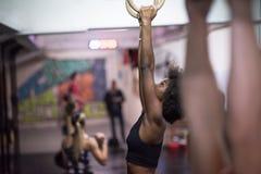 Donna di colore che fa esercizio di immersione Immagine Stock