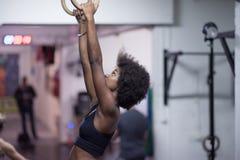 Donna di colore che fa esercizio di immersione Immagini Stock Libere da Diritti