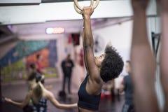Donna di colore che fa esercizio di immersione Immagini Stock