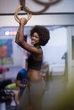 Donna di colore che fa esercizio di immersione Fotografia Stock