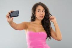 Donna di colore che prende selfie immagine stock
