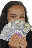 Donna di colore che tiene 100 banconote in dollari Fotografia Stock
