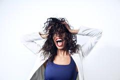 Donna di colore con capelli lunghi che urla, emitions Bocca aperta rossetto rosso Immagini Stock
