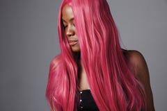 Donna di colore con capelli rosa diritti brillanti lunghi Immagini Stock Libere da Diritti