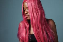 Donna di colore con capelli rosa diritti brillanti lunghi Fotografia Stock