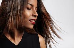 Donna di colore con i capelli d'ondeggiamento Fotografia Stock Libera da Diritti