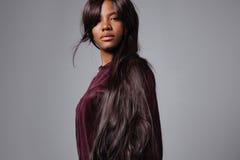 Donna di colore con i capelli diritti scuri lunghi Fotografia Stock Libera da Diritti