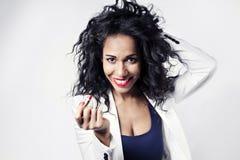 Donna di colore con il sorriso rosso del rossetto alla macchina fotografica Fotografia Stock