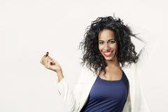 Donna di colore con il sorriso rosso del rossetto alla macchina fotografica Immagine Stock Libera da Diritti