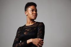 Donna di colore con un breve taglio di capelli Fotografia Stock Libera da Diritti