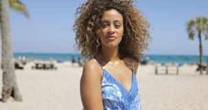 Donna di colore della civetta su litorale video d archivio
