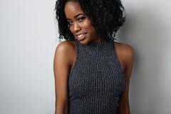 Donna di colore di bellezza con capelli ricci ed ombretti metallici Immagini Stock