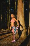 Donna di colore di forma fisica che allunga e che si esercita Fotografie Stock Libere da Diritti