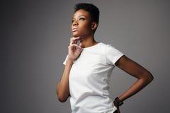 Donna di colore di Prety con breve taglio di capelli Fotografia Stock Libera da Diritti