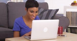 Donna di colore felice che pratica il surfing Internet Fotografia Stock Libera da Diritti